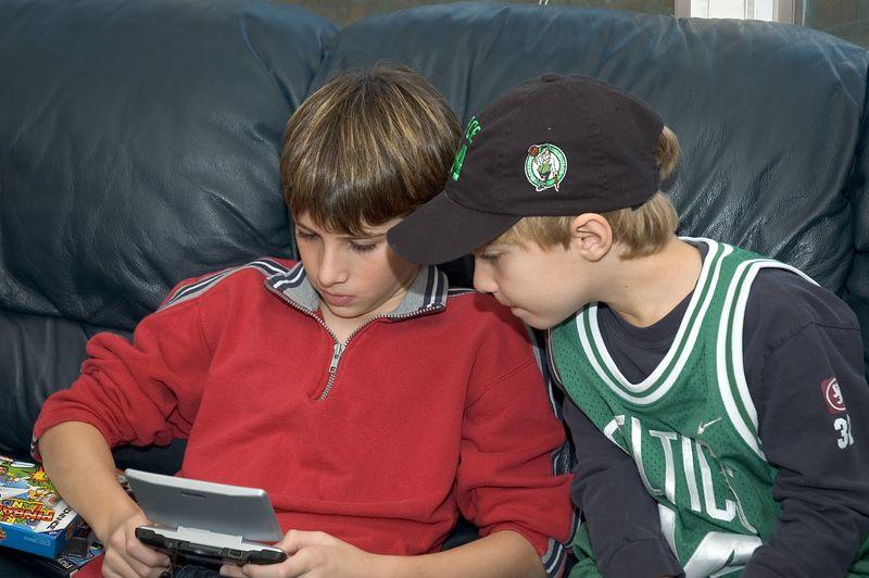 Alec watches Jacob play Game Boy   (Nov 26, 2004, 03:37pm)