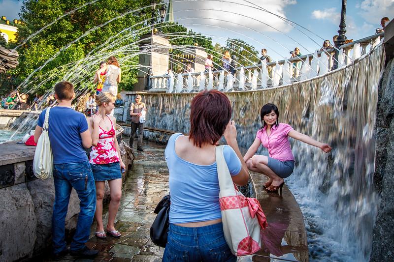 Life scene at the fountain of the Alexander Garden.