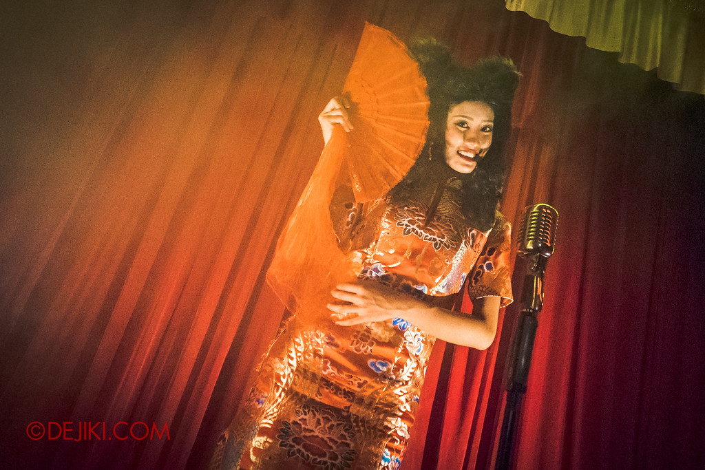 Halloween Horror Nights 6 - Hu Li's Inn / Hu Li singing on stage