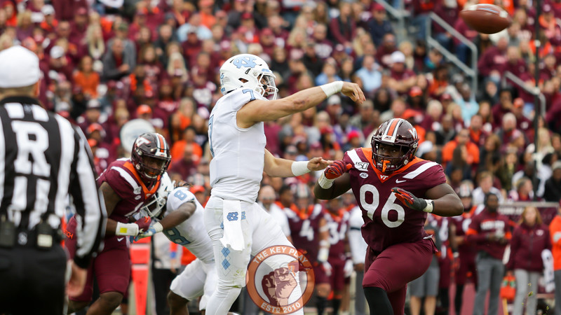UNC QB Sam Howell gets a pass away under pressure from VT DL Norell Pollard. (Mark Umansky/TheKeyPlay.com)