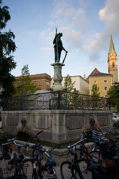 Statue-esqe