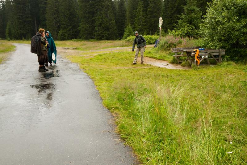 Dřevaři na Šumavě najeli do dvou aktivistů - ano, zdokumentovali jsme čerstvé stopy po traktoru. Možná to nebylo až tak dramatické, jak pan Bláha popisuje, ale byli jsme tam těsně po tom, co se to stalo, a napadený byl dost rozrušen... koleje po traktoru byly jasně patrné, věřím mu.  http://www.novinky.cz/domaci/239918-drevari-na-sumave-najeli-do-dvou-aktivistu-tvrdi-hnuti-duha.html?ref=ostatni-clanky