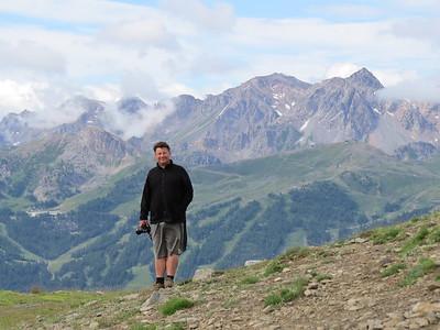 Harald Denzel, camera paraat, Col de Cucumelle op de achtergrond, Briançon in de nabijheid...