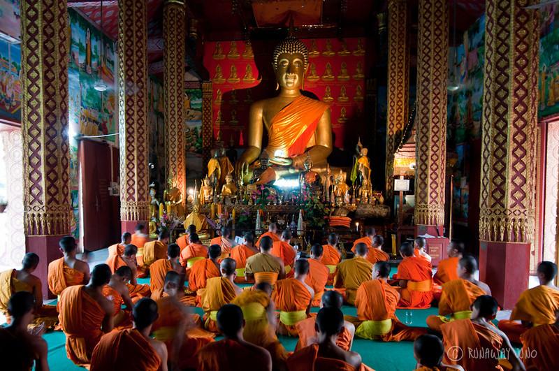Monks_chanting_Laos_Luang_Prabang.jpg