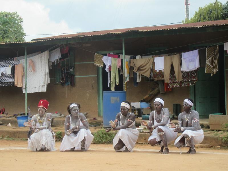 025_Aniassué. L'École des Femmes Fétiches Komians. 11 de 20. Les Danses Komians.JPG