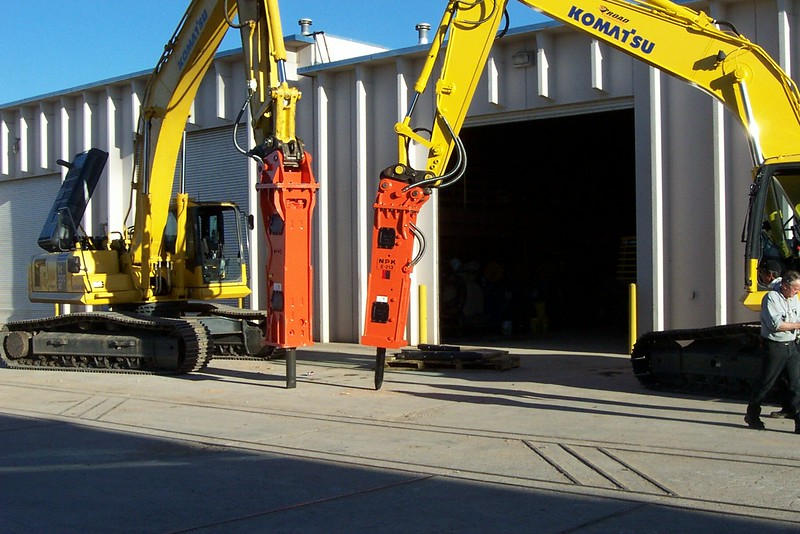 NPK E213 hydraulic hammer on Komatsu excavator (1).jpg