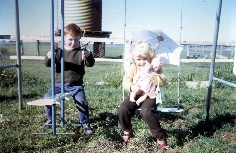 1968-7-23 (18) David 4 yrs 7 mths, Susan 3 yrs.JPG