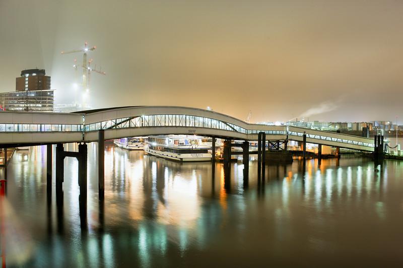 Überseebrücke Hamburg in einer Winternacht mit Baustelle Elbphilharmonie