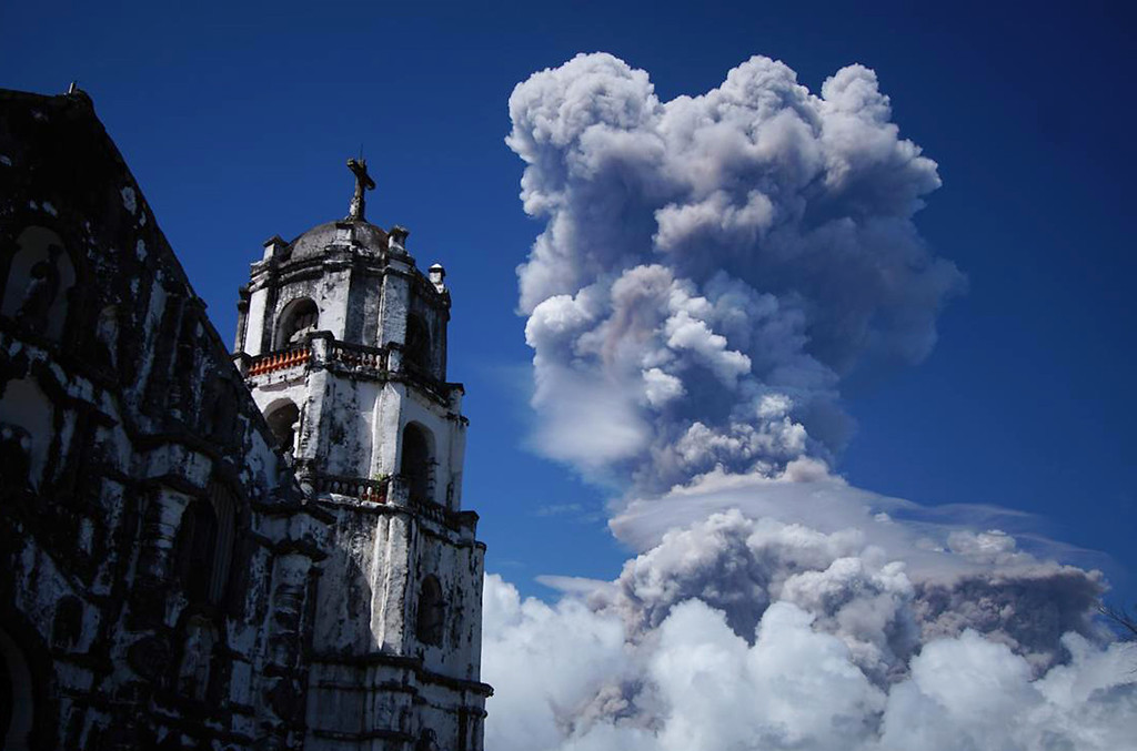 . A huge column of ash shoots up to the sky during the eruption of Mayon volcano Monday, Jan. 22, 2018 as seen from Daraga township, Legazpi city, Albay province, around 340 kilometers (200 miles) southeast of Manila, Philippines. The Philippines\' most active volcano erupted Monday prompting the Philippine Institute of Volcanology and Seismology to raise the Alert level to 4 from last week\'s alert level 3. (AP Photo/Dan Amaranto)