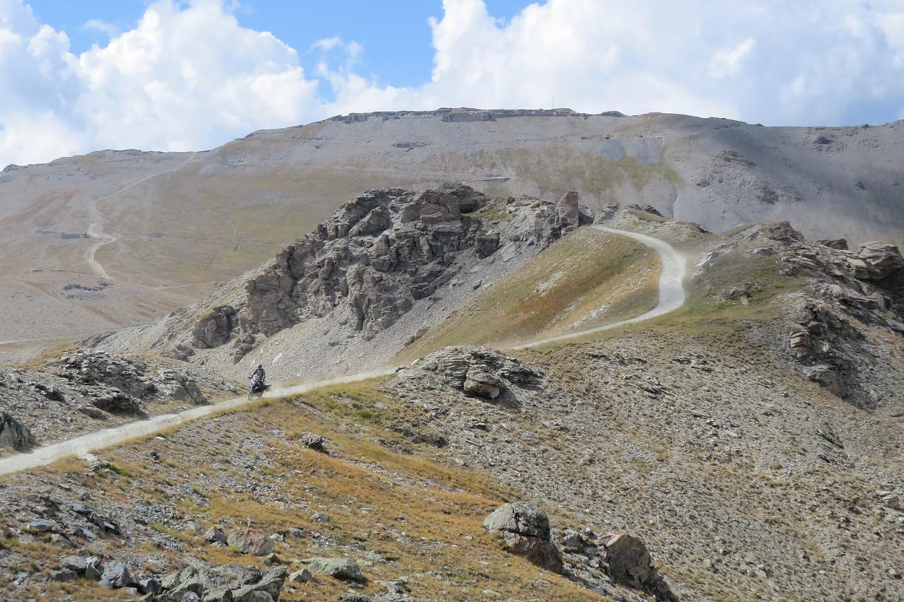 Zicht van Colle Basset op 2600m. naar Fort Jafferau op 2800m.
