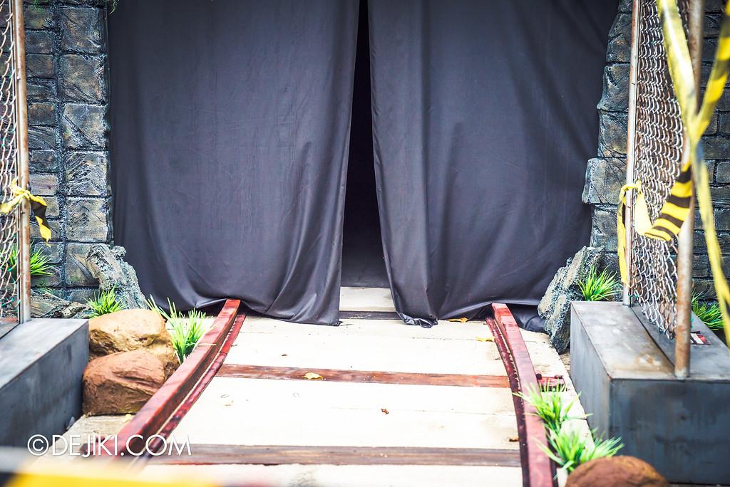 Universal Studios Singapore - Halloween Horror Nights 6 Before Dark Day Photo Report 2 - Suicide Forest railway curtain