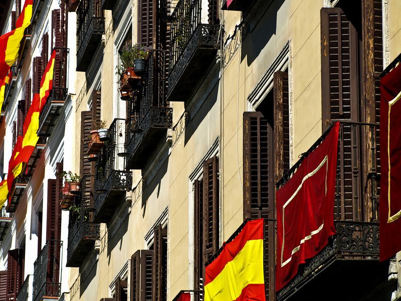 Flagging fra Madrids balkonger 13. april (Foto: Ståle)