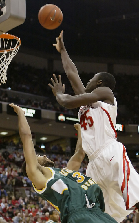 . Ohio State\'s Othello Hunter, right, shoots over Cleveland State\'s Kevin Francis during the second half a college men\'s basketball game Saturday, Dec. 9, 2006, in Columbus, Ohio. (AP Photo/Jay LaPrete)