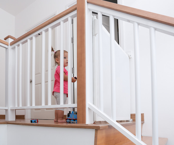 lascal_kiddyguard_assure_lifestyle_baby_top_stairs_low.jpg