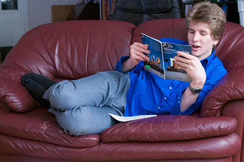 Oskar liest die Weihnachtsgeschichte, kommt aber mit der etwas altertümlichen Sprache nicht klar.