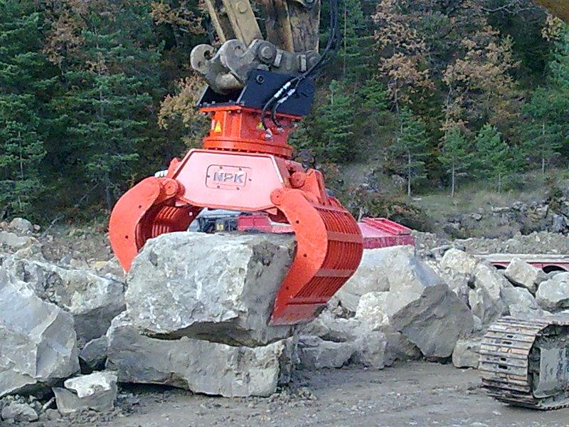 NPK DG-40 demolition grab on Cat excavator moving oversize rocks(2).jpg