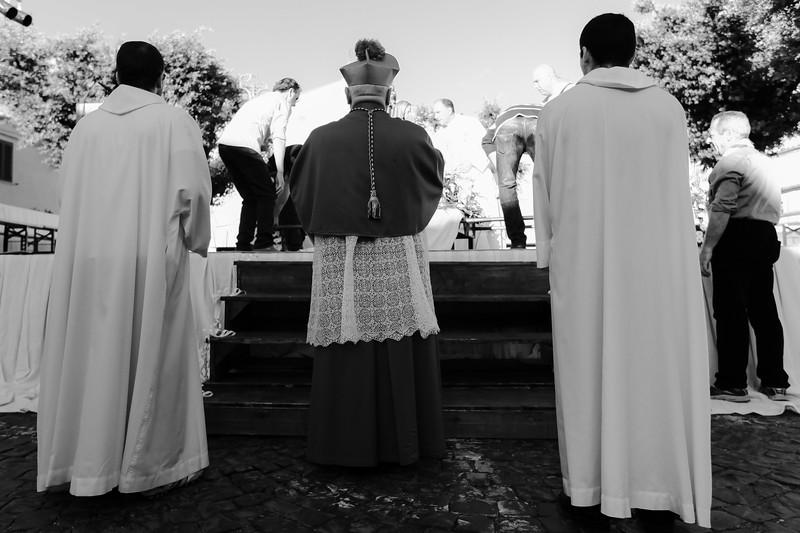 il vescovo Gino in attesa di iniziare la santa messa