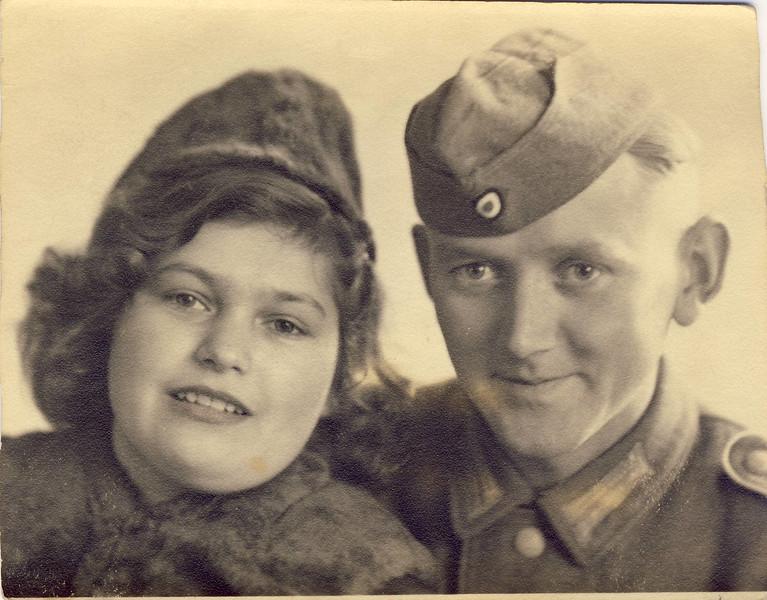 009 Verlobung Mutti 1943.JPG