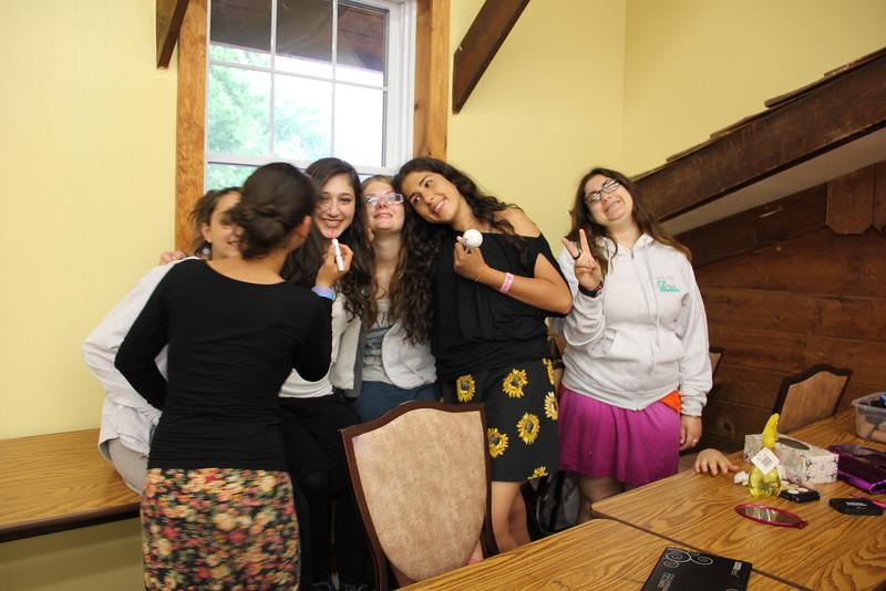 kars4kids_thezone_camp_girlsDivsion_activities_Workshops_Makeup (2).JPG