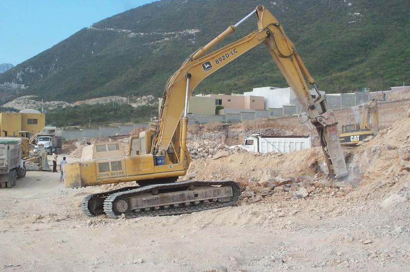 NPK E225 hydraulic hammer on Deere excavator (1).jpg
