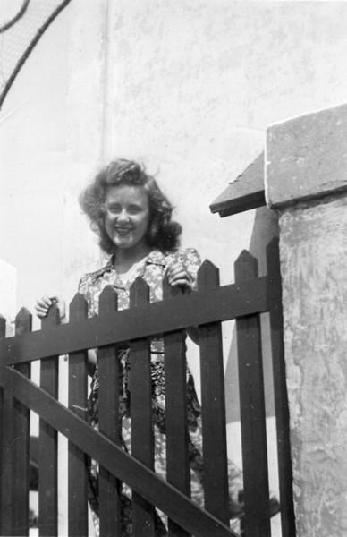 1946abt Lee at Fence.jpg