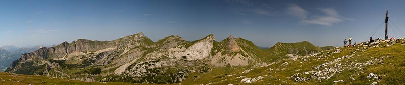 von links nach rechts: Dalfazer Wände, Hochiss, Spieljoch, Seekarspitze, Roßkopf, Rofanspitze, Haidachstellwand-Gipfelkreuz