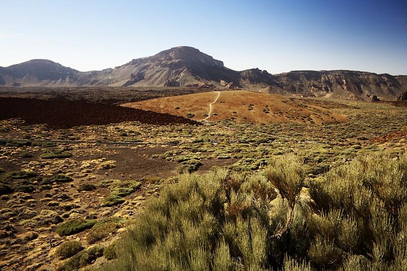 Pohled napříč kalderou k hoře Guajara na jejím okraji