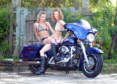 ROBERTS HARLEY WITH 2 MODELS ATTACHED