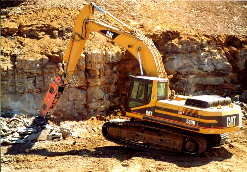 NPK E225 hydraulic hammer on Cat excavator (2).JPG
