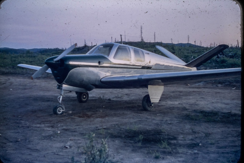 Beechcraft Bonanza sur la rue principale à Chibougamau 1953
