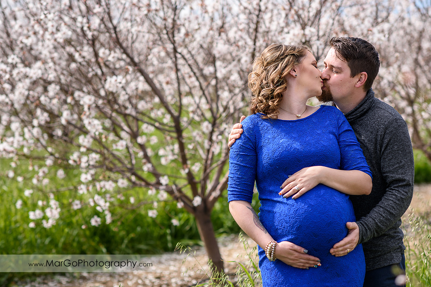 pregnant couple kissing in the orchard, Tracy maternity session