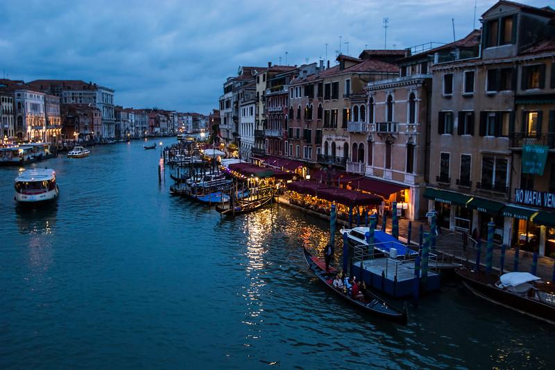 ונציה בלילה מככר סן מרקו.jpg