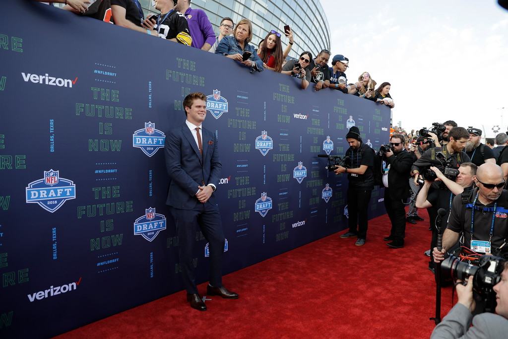 . USC\'s Sam Darnold poses for photos on the red carpet before the first round of the NFL football draft, Thursday, April 26, 2018, in Arlington, Texas. (AP Photo/Eric Gay)