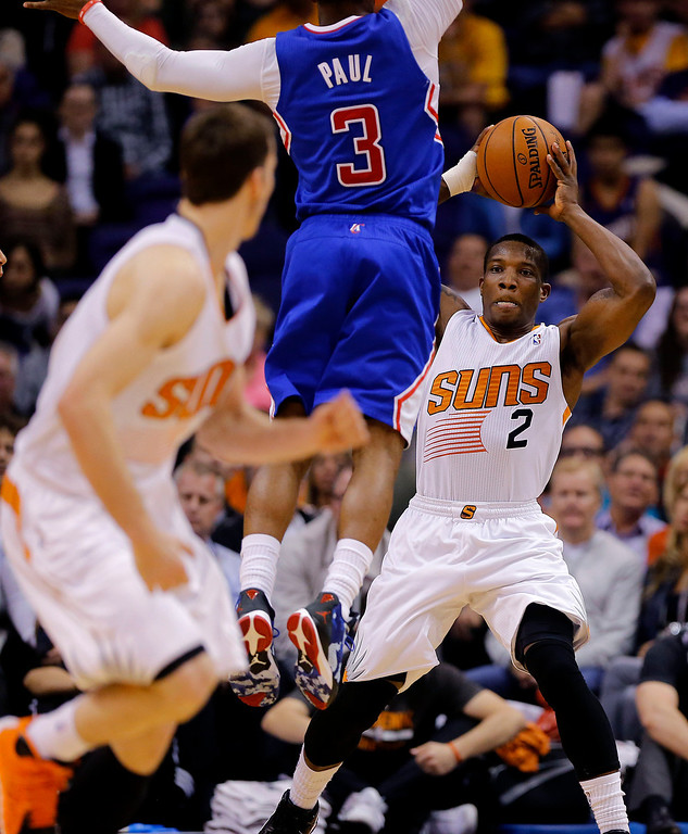 . Phoenix Suns guard Eric Bledsoe (2) prepares to pass to teammate Goran Dragic, as Los Angeles Clippers guard Chris Paul (3) defends during the second half of an NBA basketball game, Wednesday, April 2, 2014, in Phoenix. The Clippers won 112-108. (AP Photo/Matt York)