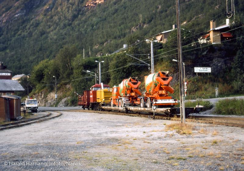 Sementbiler på tog på Ofotbanen. Sted: Kleiva ved gamle Mathisen og Mathisen trelast.