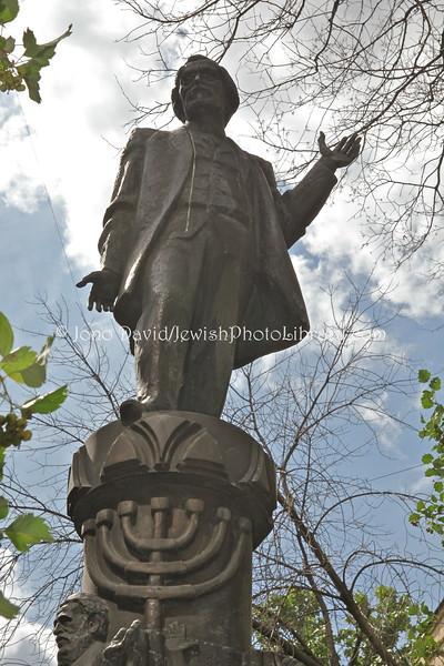 RUSSIA, Moscow. Sholem Aleichem monument. (8.2011)