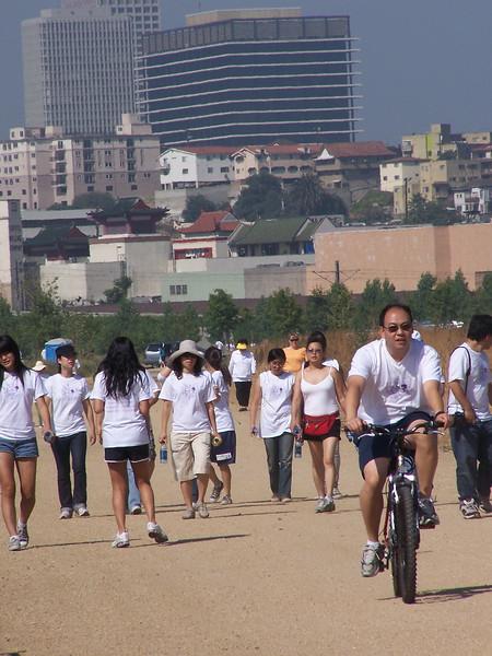 2008-06-14_PeopleInWhiteShirts_6590.JPG