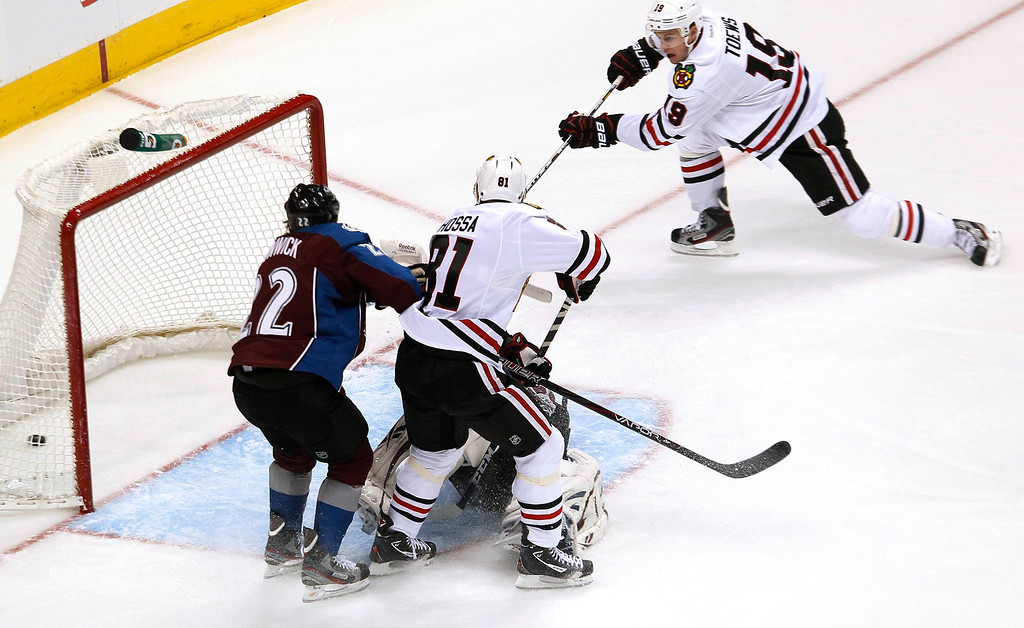 . Chicago Blackhawks Jonathan Toews (R) scores a first period goal past the Colorado Avalanche in their NHL hockey game in Denver March 8, 2013. REUTERS/Rick Wilking