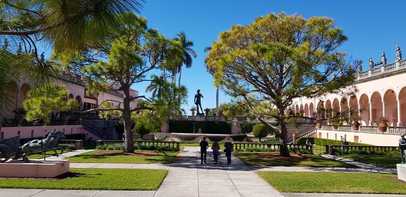 Park med museum / kunstgalleri på begge sider