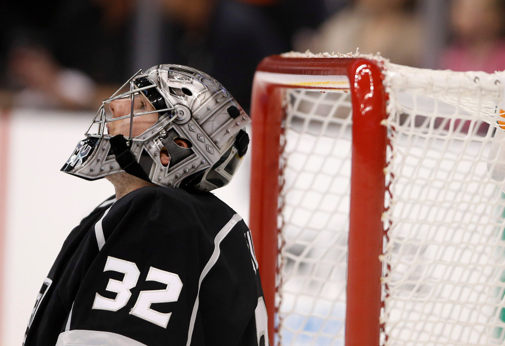 Description of . Los Angeles Kings goalie Jonathan Quick looks upward during the first period of an NHL hockey game against the Chicago Blackhawks in Los Angeles, Saturday, Jan. 19, 2013. (AP Photo/Jae C. Hong)