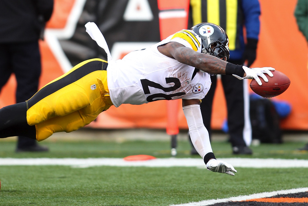 . CINCINNATI, OH - DECEMBER 7:  Le\'Veon Bell #26 of the Pittsburgh Steelers dives into the end zone to score a touchdown during the fourth quarter of the game against the Cincinnati Bengals at Paul Brown Stadium on December 7, 2014 in Cincinnati, Ohio. Pittsburgh defeated Cincinnati 42-21. (Photo by John Grieshop/Getty Images)