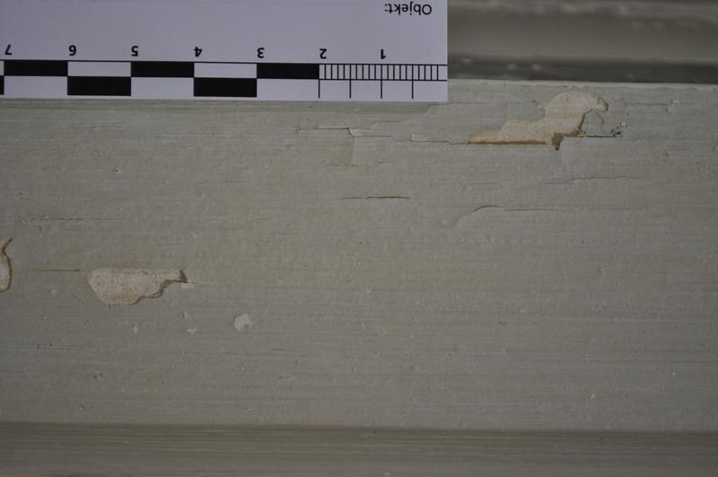 Originalfassung mit erster Übermalung bzw. vermutlich deren Voranstrich. Schadensbild: Rissbild mit Ablösungen und Ausbrüchen bis auf den Stuck. DSC_0043
