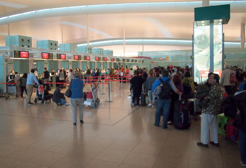 P4285596-emirates-queue.JPG