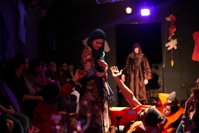 Allan Bravos - Fotografia de Teatro - Indac - Migraaaantes-165.jpg