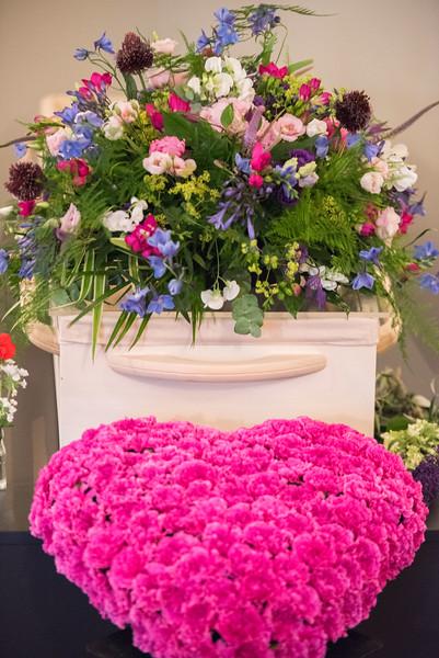 De kist met kleurrijke bloemen.