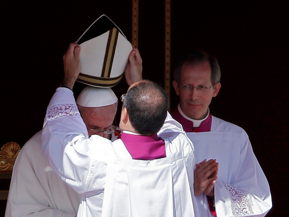. The papal mitre is placed on the head of Pope Francis during his inaugural mass in Saint Peter\'s Square at the Vatican, March 19, 2013. Pope Francis celebrates his inaugural mass on Tuesday among political and religious leaders from around the world and amid a wave of hope for a renewal of the scandal-plagued Roman Catholic Church.                  REUTERS/Paul Hanna