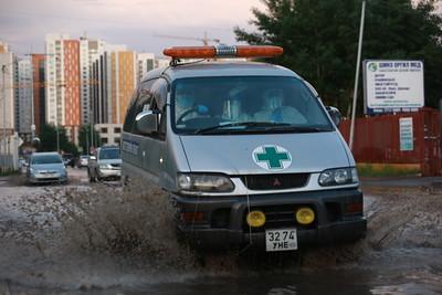 Нийслэлд орсон түр зуурын хүчтэй аадар борооны улмаас Хан-Уул дүүргийн Зайсан орчимд үер буулаа