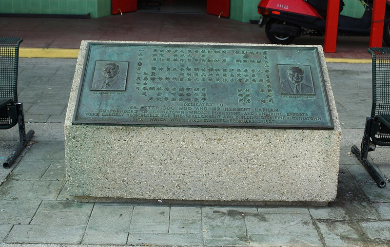 ChinatownCentralPlaza018-PlaqueOfFounders-2006-10-25.jpg