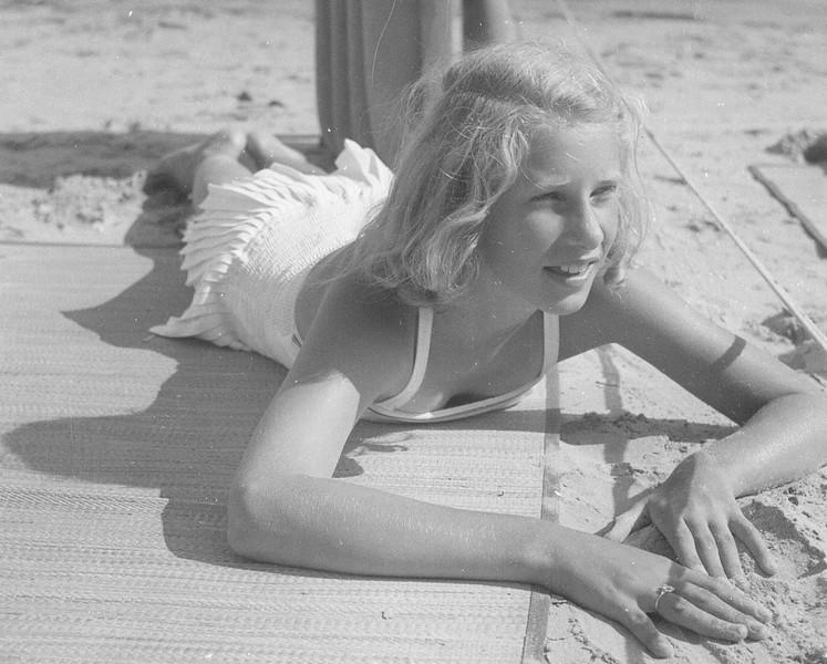 Barbara at balboa 1959.jpg