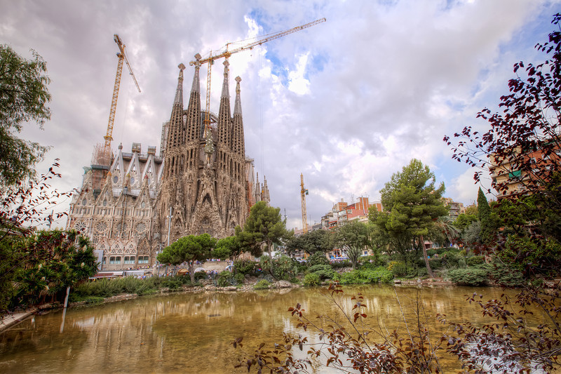 La-Sagrada-Familia-pond-in-the-park.jpg